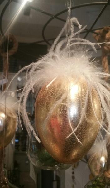 Dekoratives Glasei zum Hängen, Goldenes Ei krakeliert mit weißen Federn