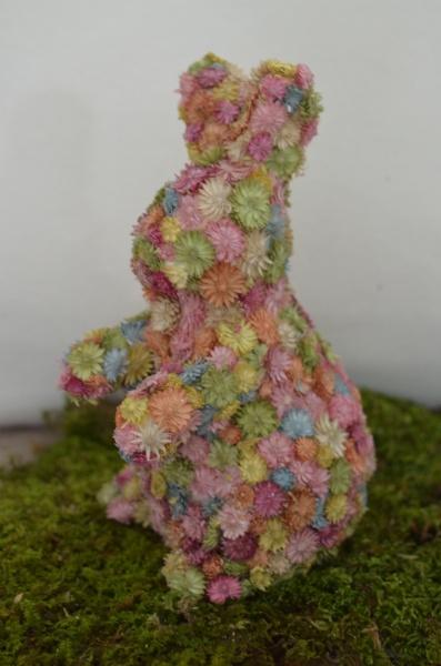 Osterdekaration, Hasen mit kleinen getrockneten Streublumen, verschiedene Größen
