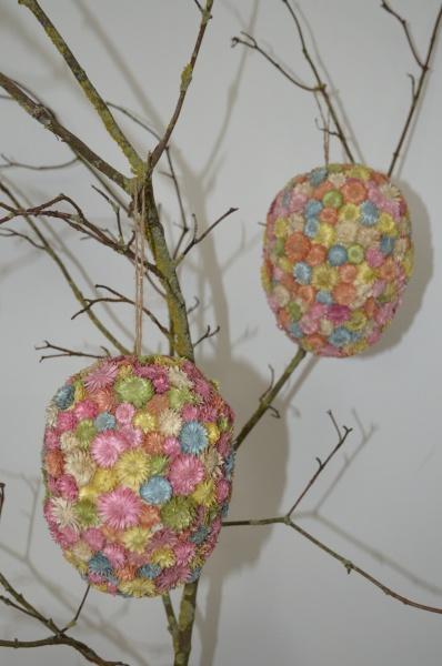 Osterdekoration, Eier Zum Hängen mit kleinen getrockneten Streublüten